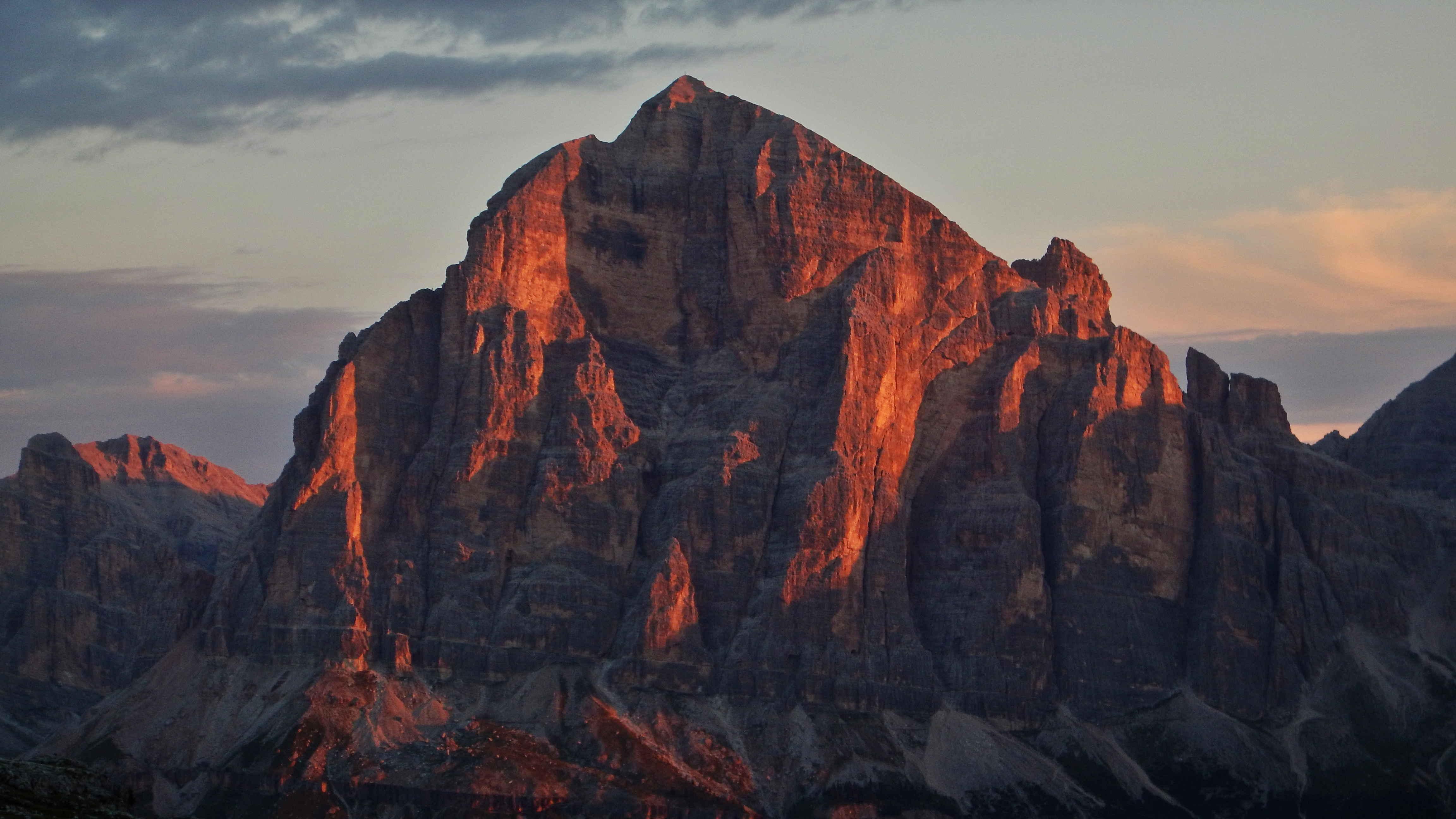 La Tofana di Rozes all'alba. A sinistra evidente il pilastro dove sale la Via della Tridentina