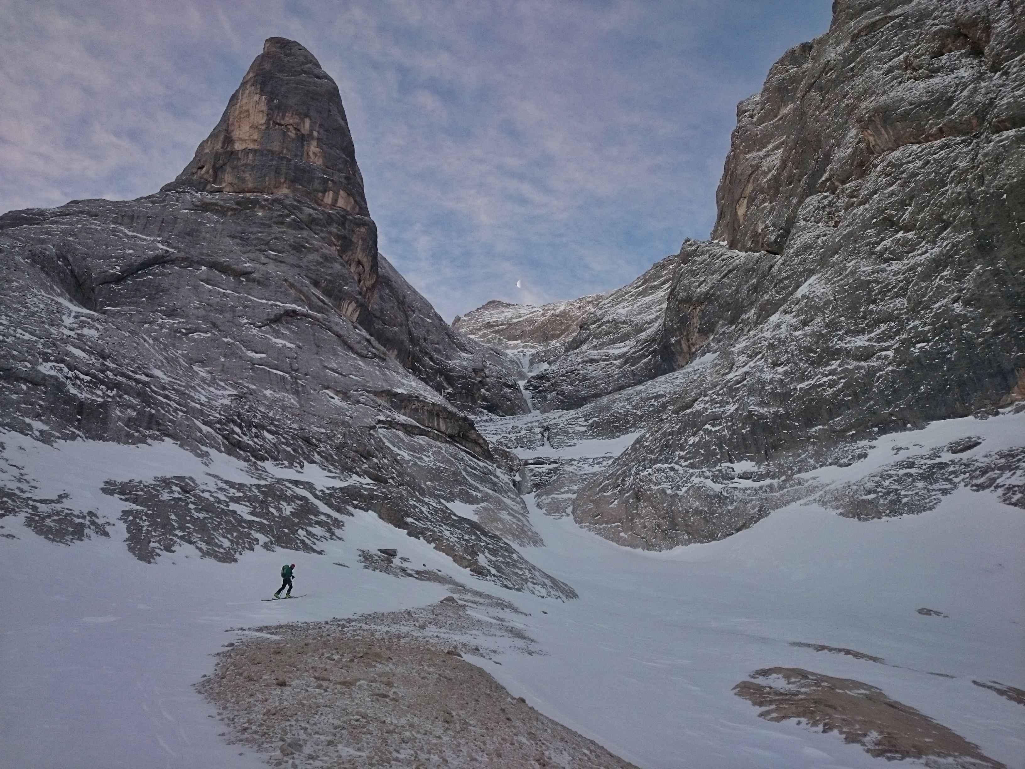 Lungo l'avvicnamento con gli sci per raggiungere il vallone Nrd-Est del Gran Vernel. In vista la colata ghiacciata che saliremo