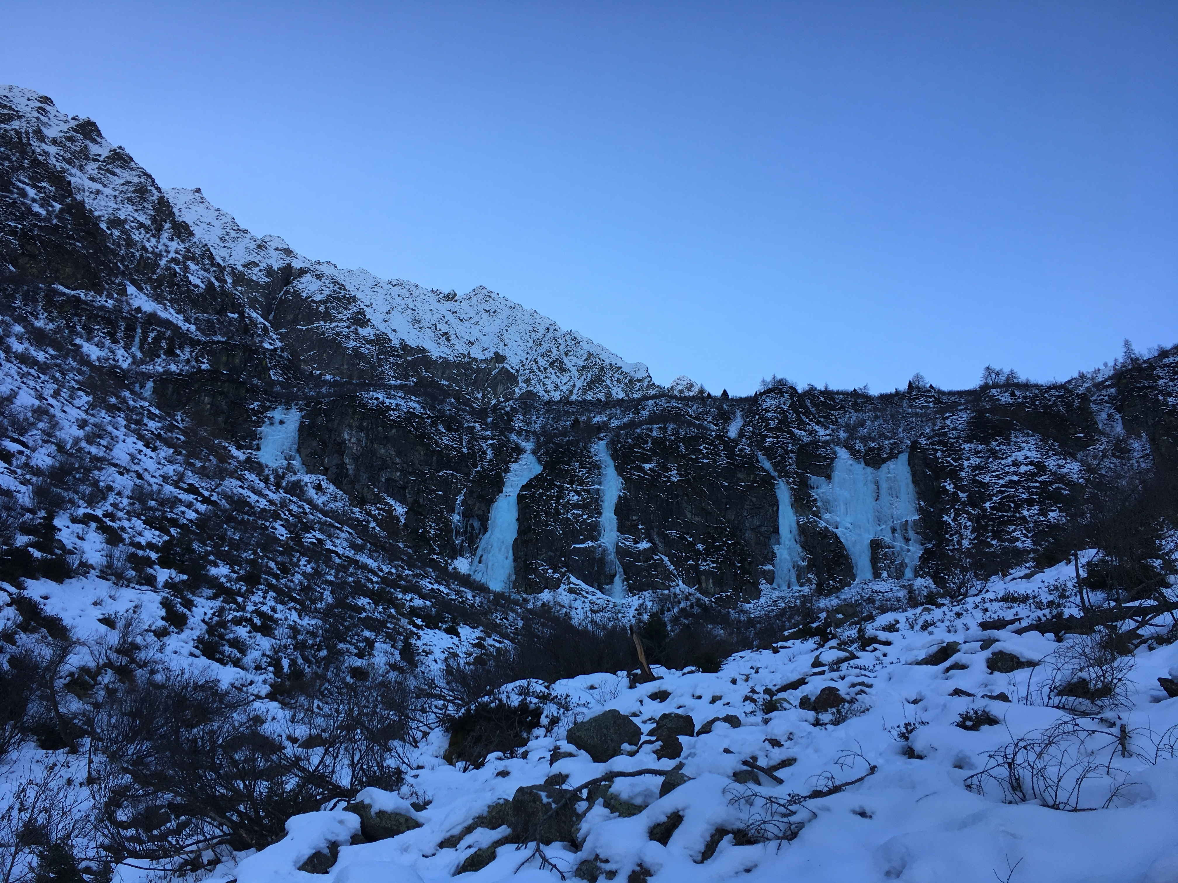Le cascate di ghiaccio di Valbione dal sentiero che porta agli attacchi