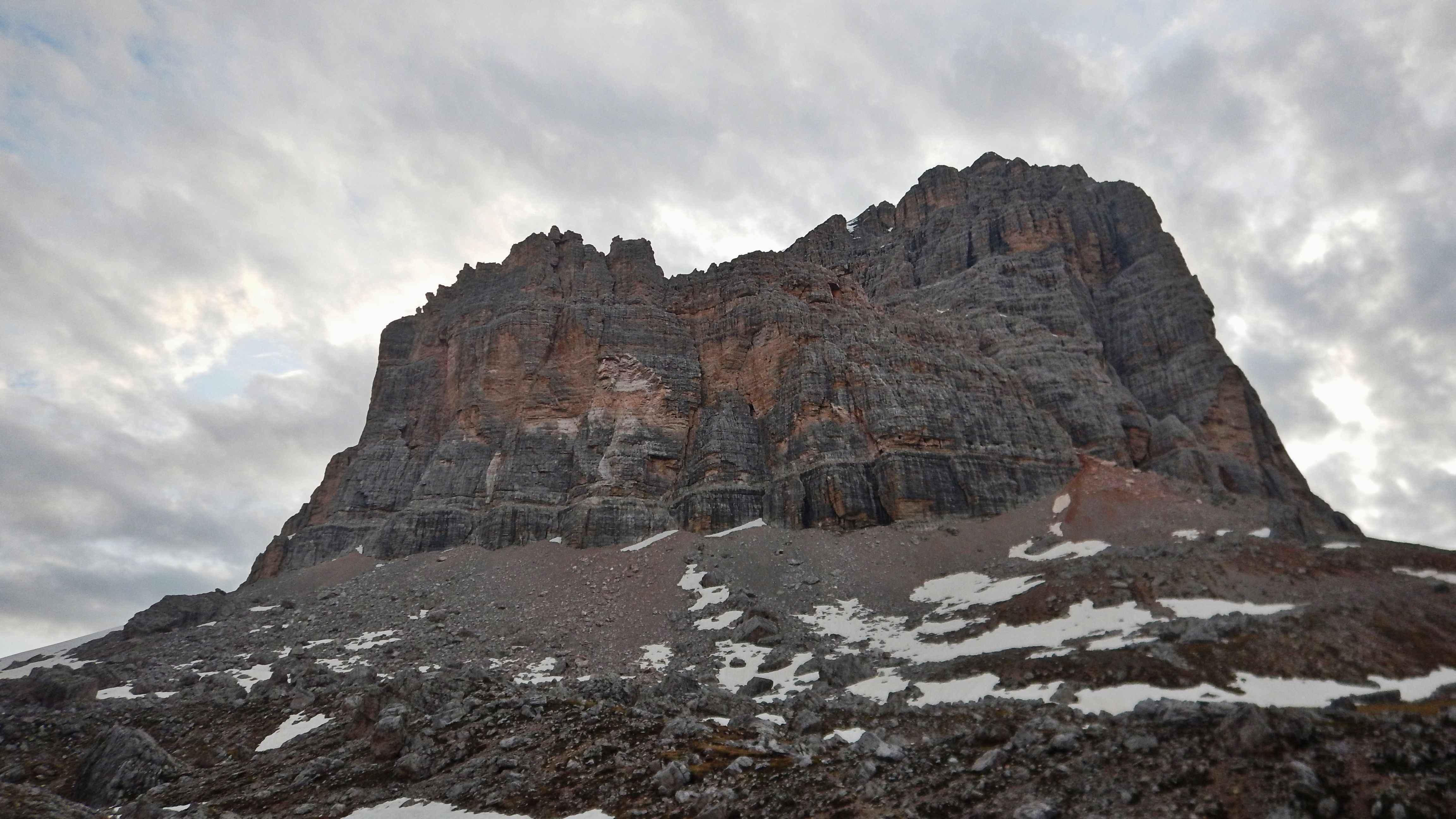 Il Castelletto delle Tofane. In fondo a sinistra della parete sale la via GuGu
