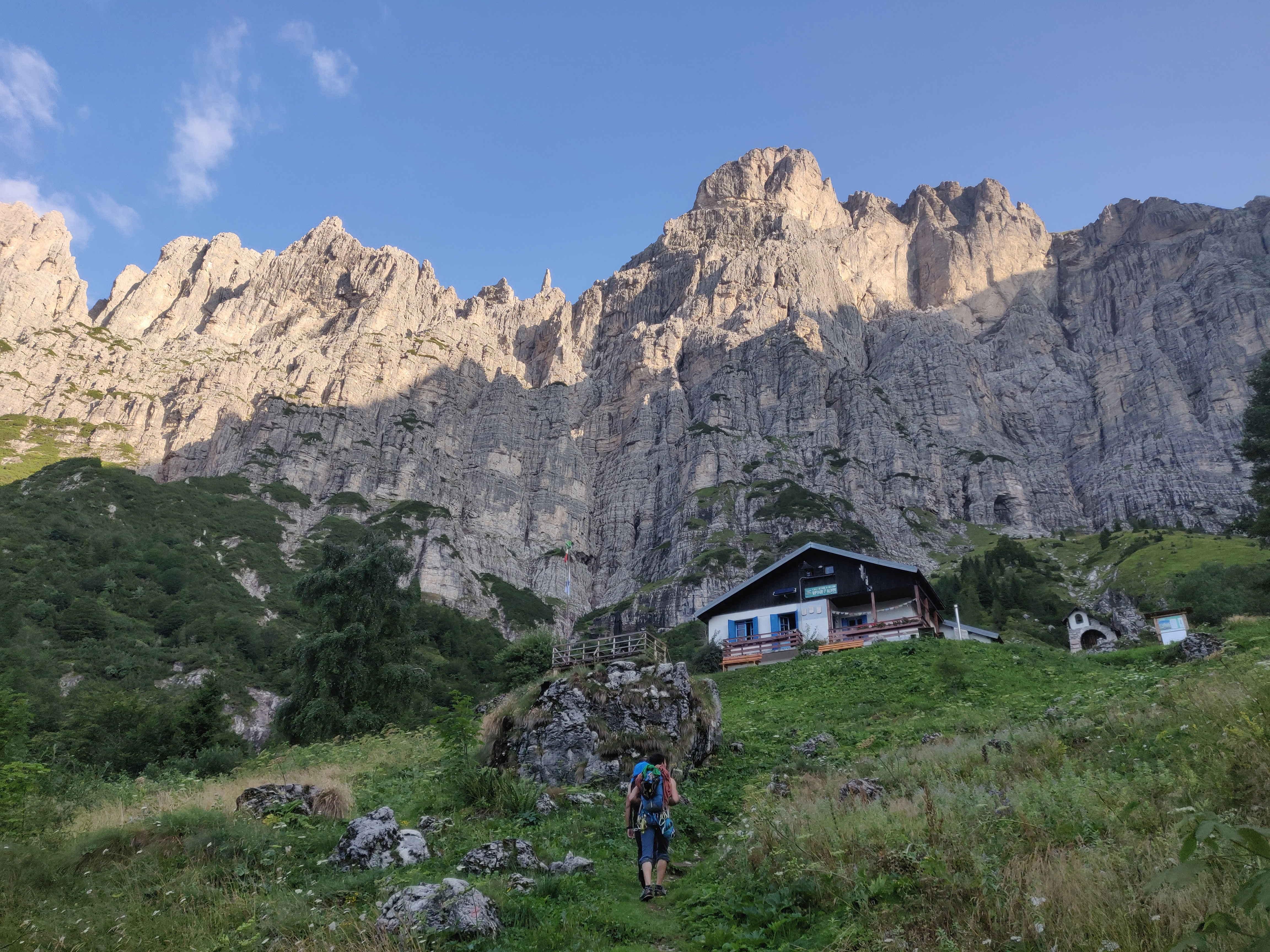 La parete Sud della Schiara vista dal VII Alpini, evidente il Gran Diedro Sud