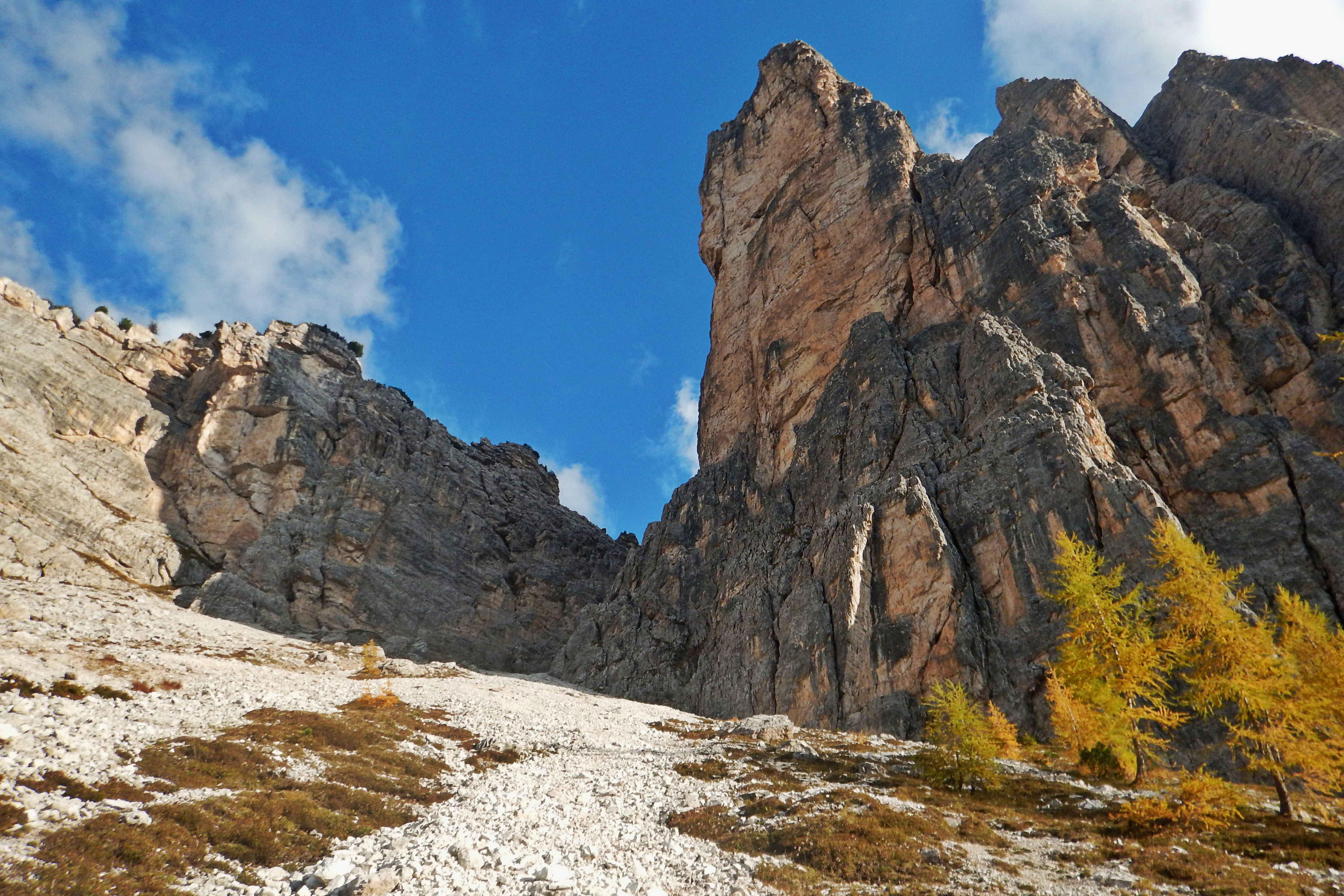 Cima Cason di Formin con la sua parete Nord gialla dove sale il Diedro Fouzigora