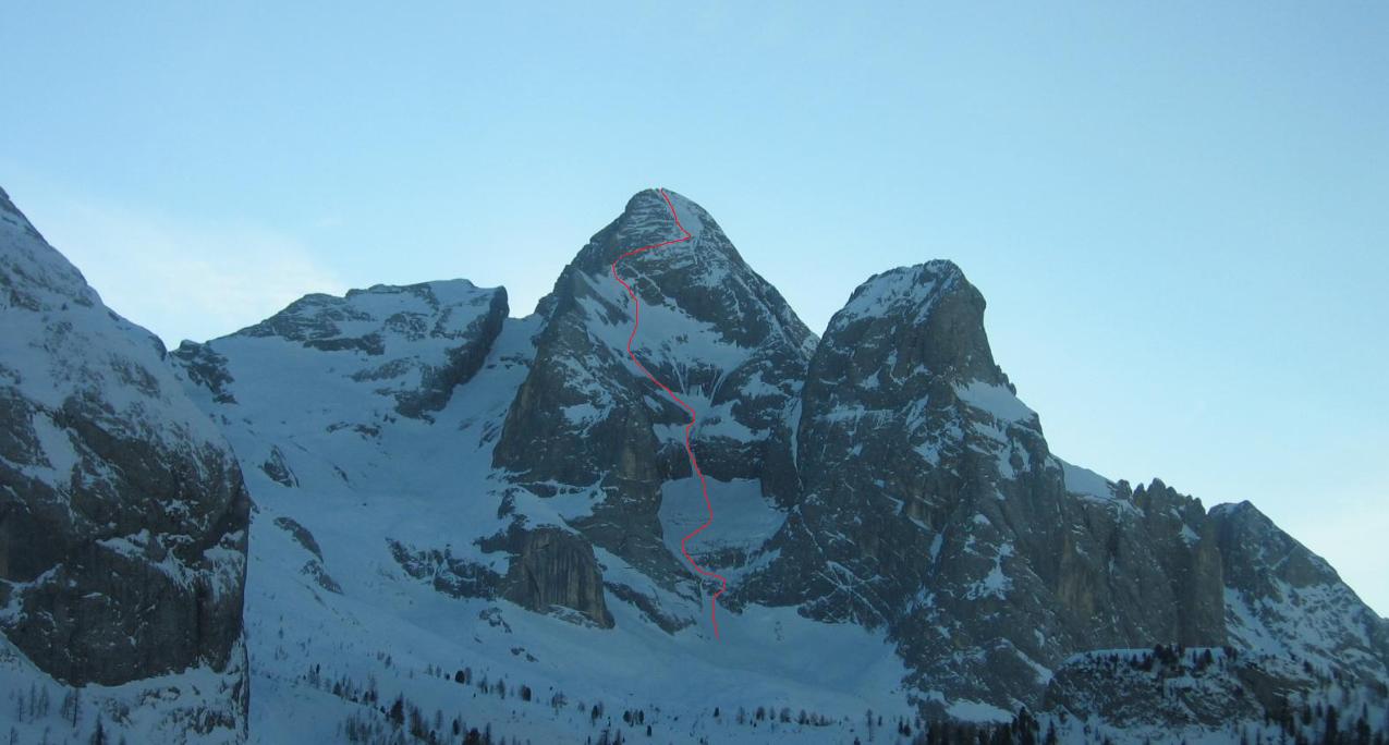 Il Gran Vernel con evidenziata la linea di salita. In alto non seguiamo l'originale per via della neve inconsistente sulle placche e traversiamo a destra fino alla cresta Nord