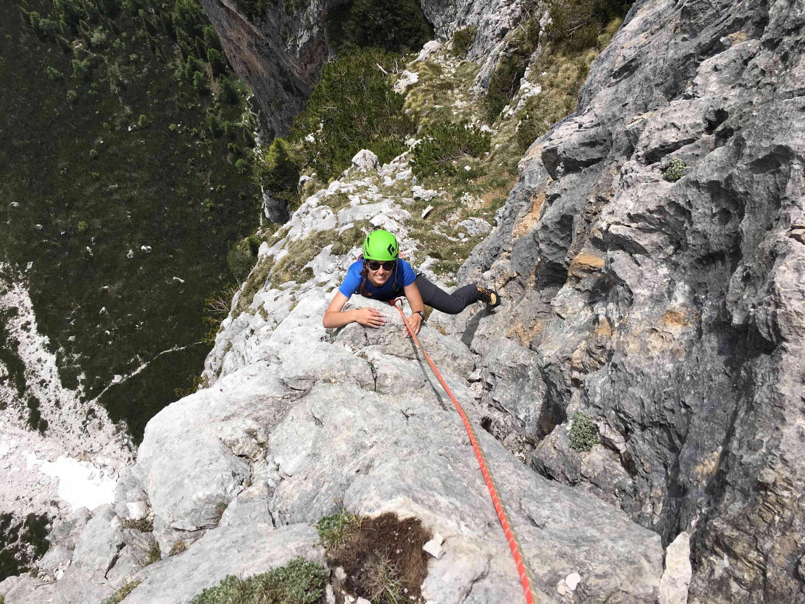 Maria sul diedro dell'ottavo tiro, passo lisciato ma bell'arrampicata (V)
