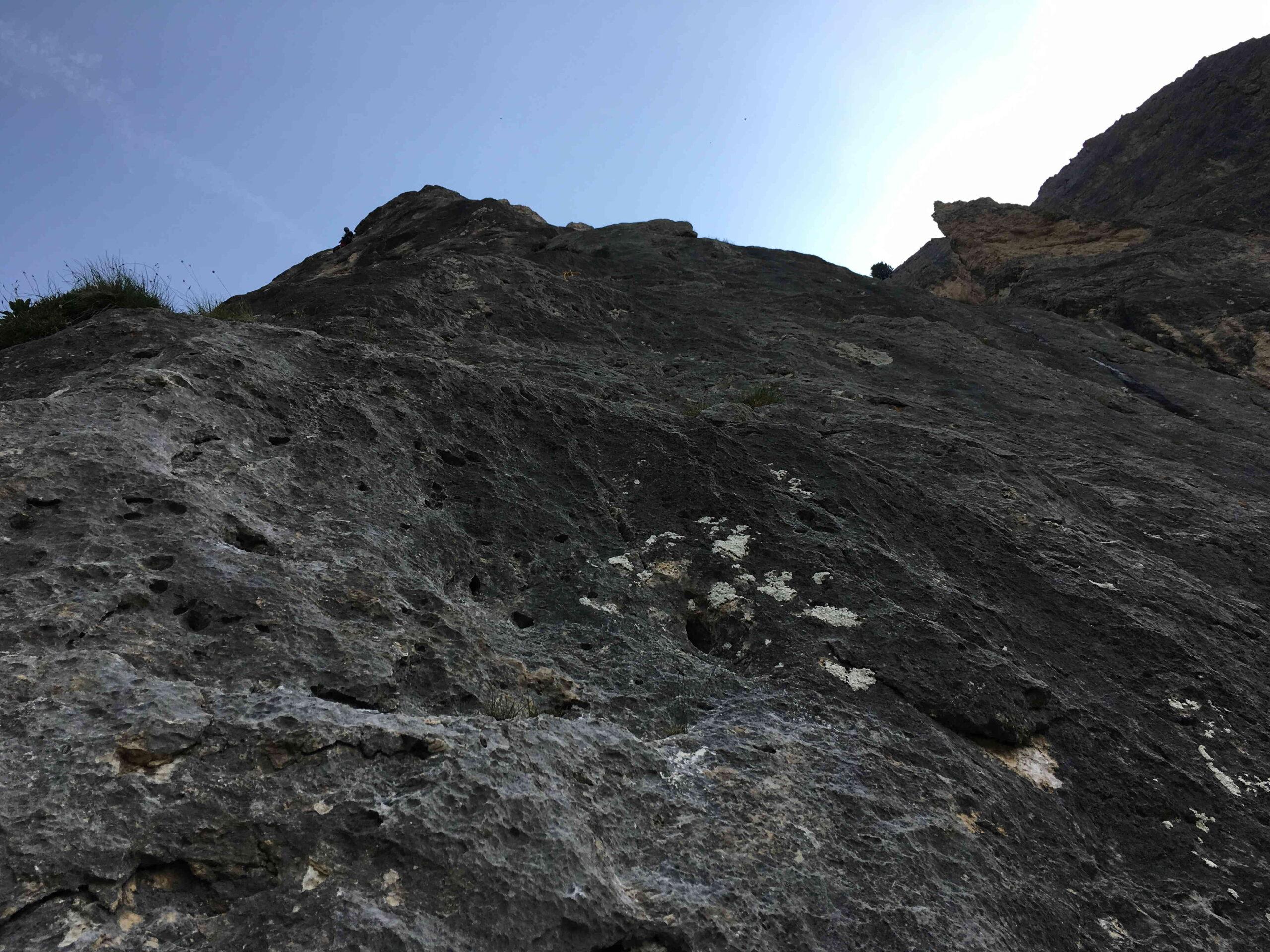 La magnifica roccia nera a buchi della parte alta della via